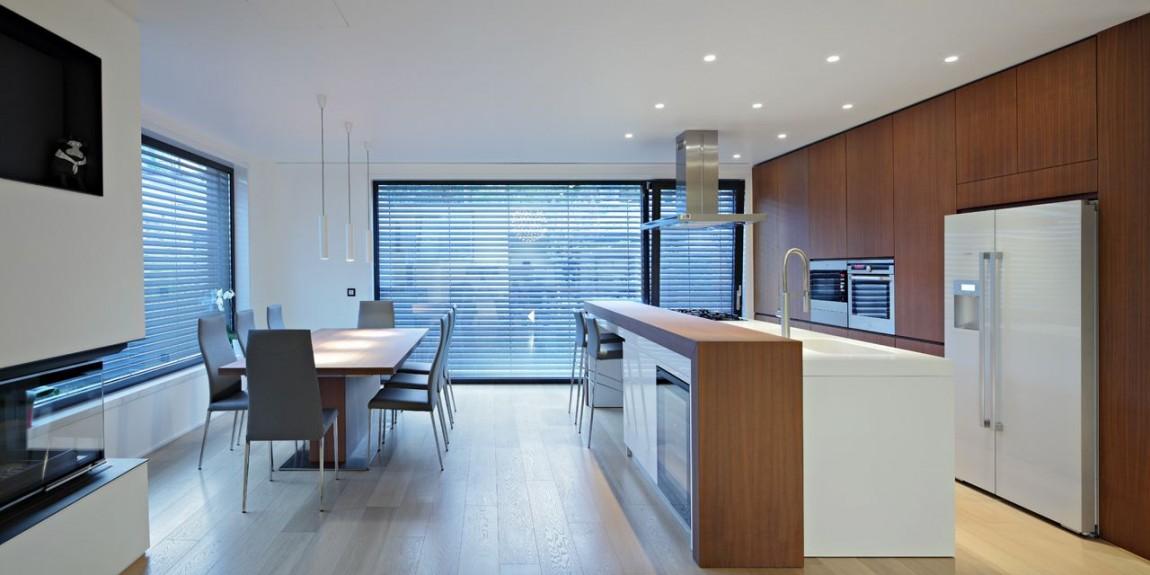 Petite maison mais avec une architecture assez moderne for Petite villa moderne